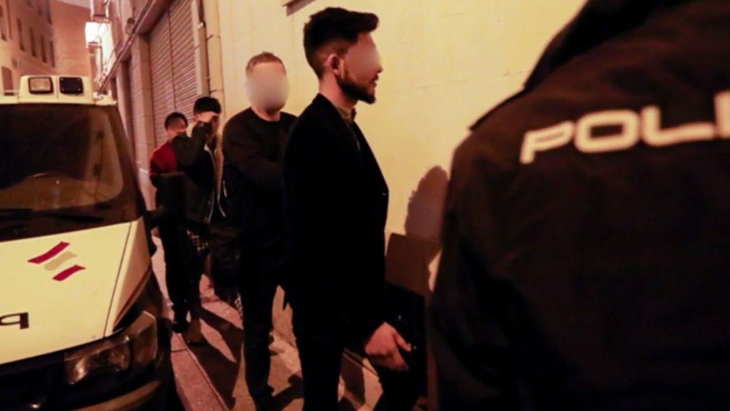 Los jóvenes afganos llegan a la comisaría detenidos