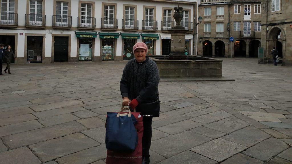 Chus recorre las calles de Santiago con un carrito en el que lleva los alimentos