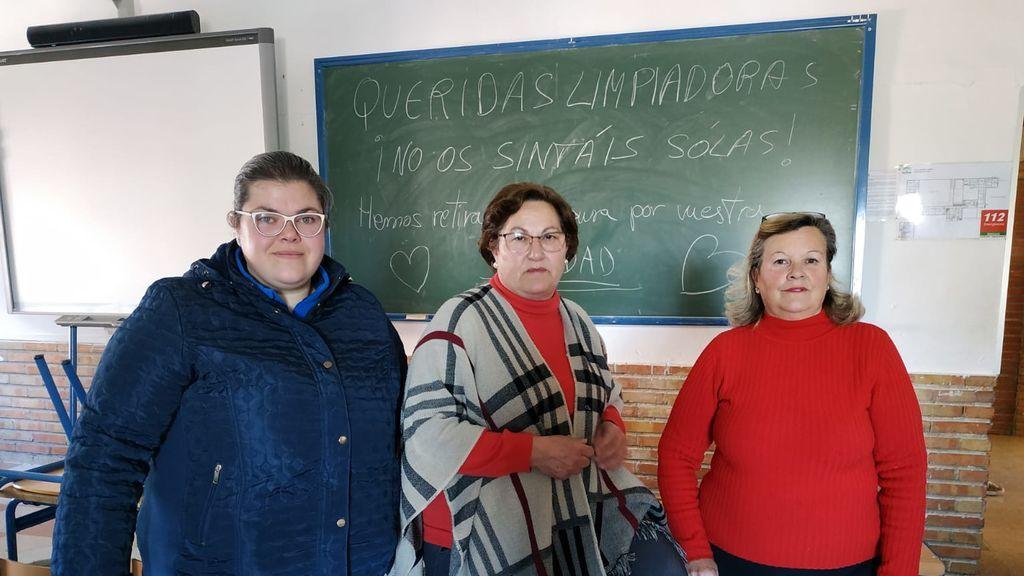 El emotivo gesto de los alumnos de un instituto de Córdoba con las limpiadoras del centro tras un mes de huelga