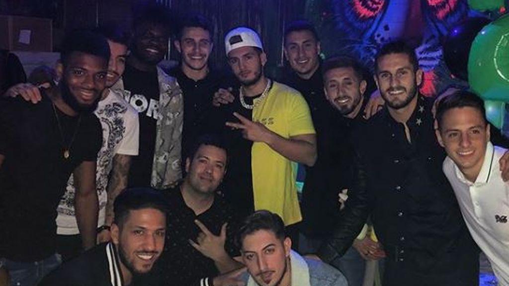 Omar Montes, invitado en la fiesta de cumpleaños Arias y con un madridista infiltrado