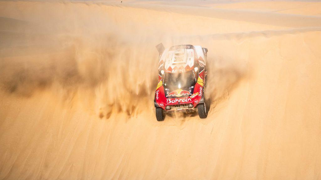 Carlos Sainz resiste el empuje de Al-Attiyah y saldrá líder en la última etapa del Dakar con más de 10 minutos de ventaja