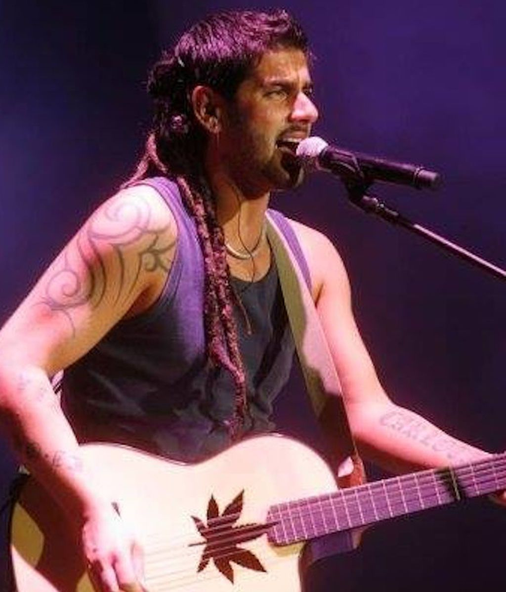 Melendi con su guitarra Francisco Bros