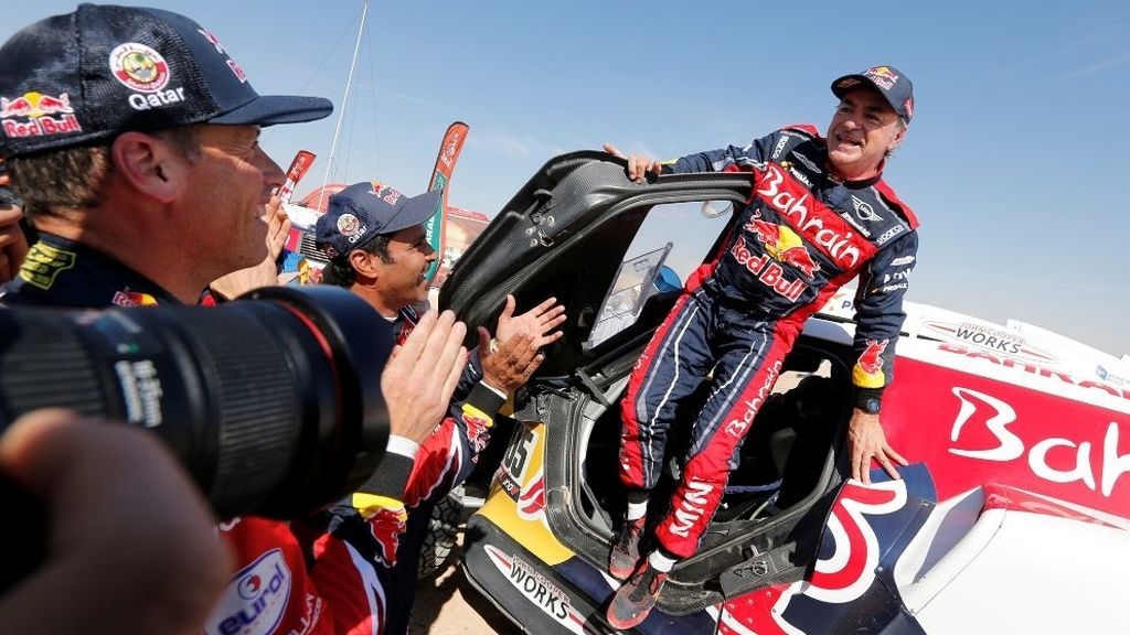 Carlos Sainz baja del coche nada más coronarse como campeón del Dakar 2020