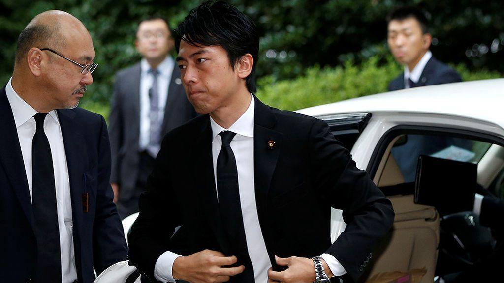 Guapo y transgresor: el ministro que revoluciona Japón con su baja por paternidad