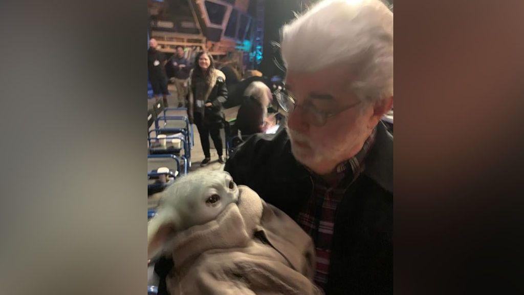 La imagen del conmovedor encuentro entre George Lucas y Baby Yoda: un muñeco de 5 millones de dólares
