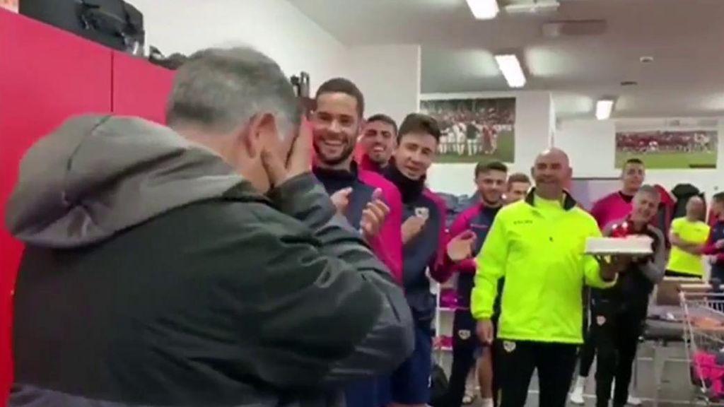 El Rayo Vallecano sorprende a un aficionado enfermo celebrando su cumpleaños con toda la plantilla
