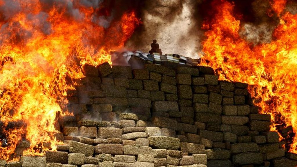 Un grupo de policías de Indonesia 'droga' a un pueblo entero tras quemar 3 toneladas de marihuana