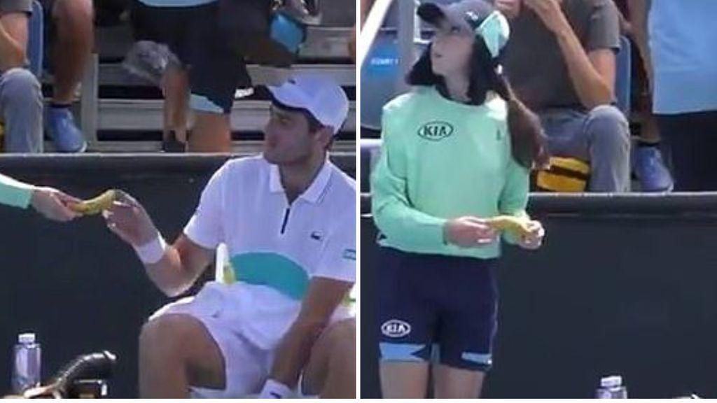 El juez de silla recrimina a un tenista en el US Open tras pedirle a una recogepelotas que le diese el plátano pelado
