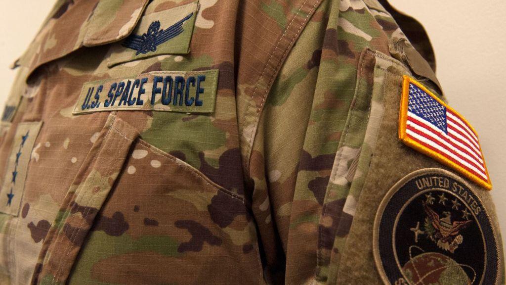 """Las Fuerzas Espaciales de EE.UU. presentan sus nuevos uniformes y las redes estallan: """"Es una medida para ahorrar"""""""