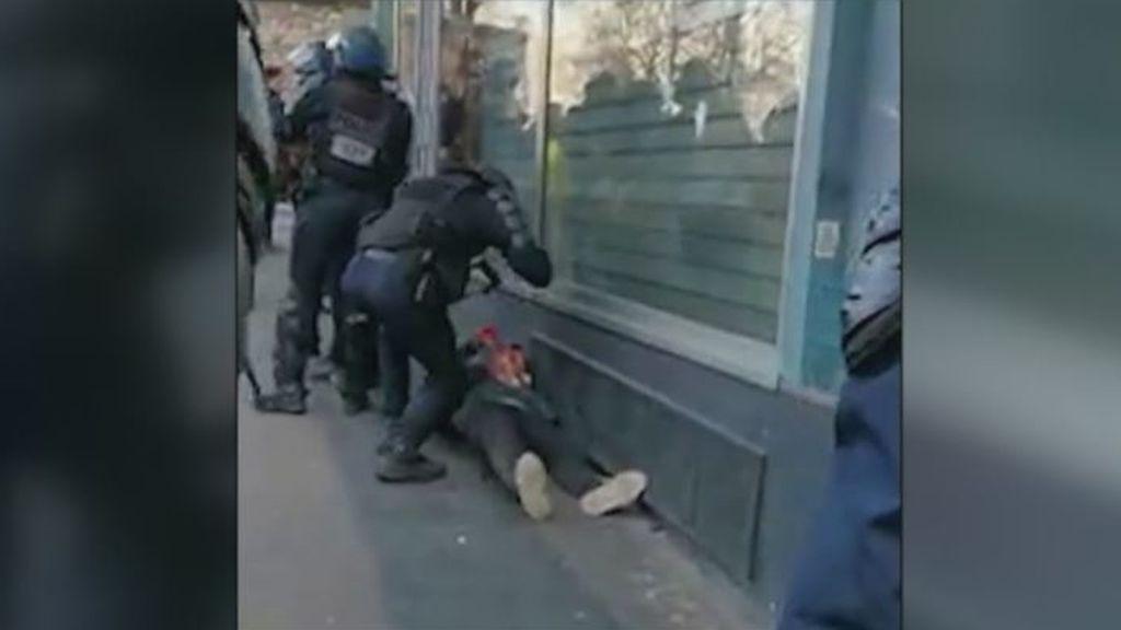 La Fiscalía de París abre una investigación contra un gendarme por golpear a un manifestante