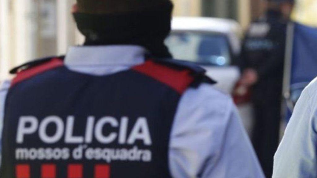 Hallan el cadáver de una persona en la calle Portal de Barcelona tras sofocar un incendio