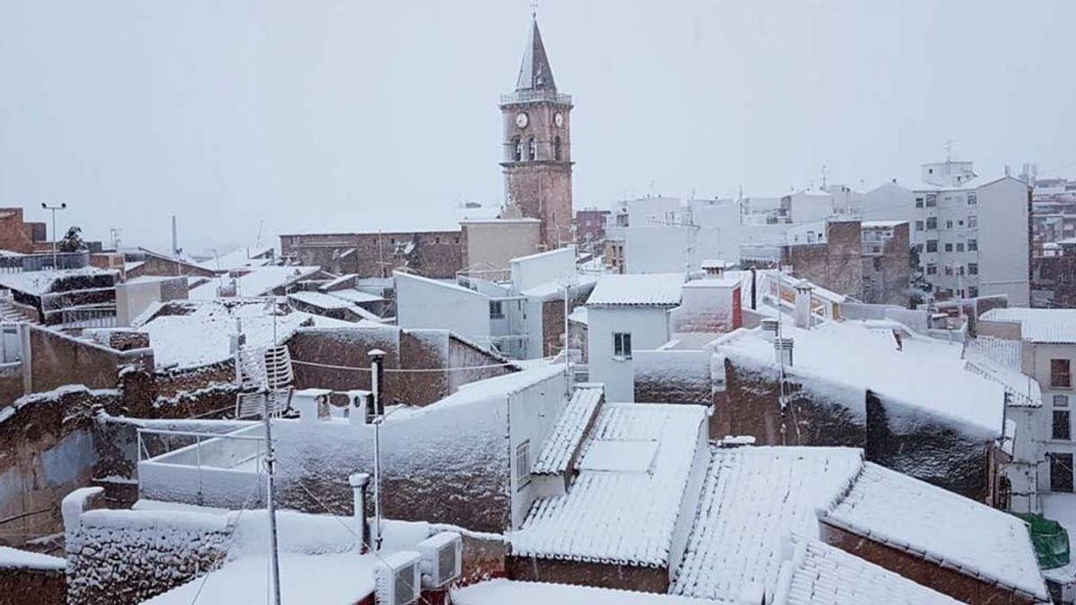 La borrasca 'Gloria? y su nieve  deja incomunicados a los vecinos de Villena en Alicante