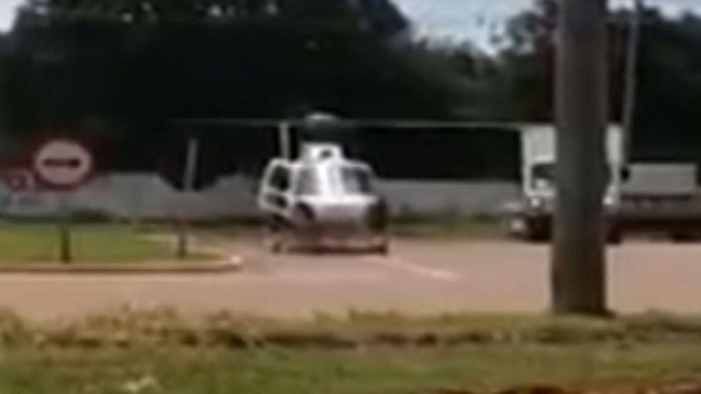 Un helicóptero aterriza en plena autopista durante una operación policial y un camionero se estrella contra las hélices