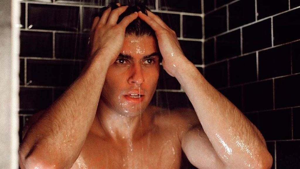 """Javier Tudela posa sin nada de ropa en la cama: """"Si no vas , nunca lo sabras"""""""