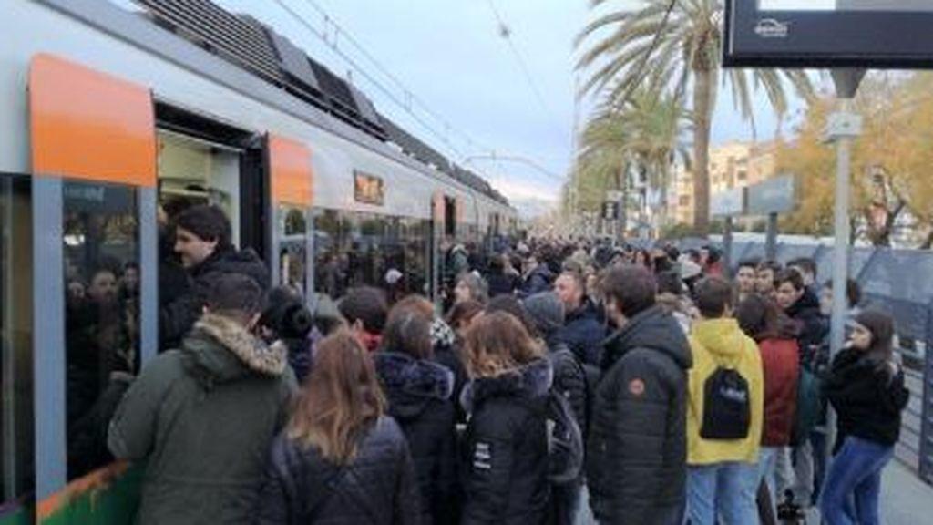 El maquinista de un Cercanías de Barcelona ordena bajar al pasaje porque había cumplido su jornada laboral