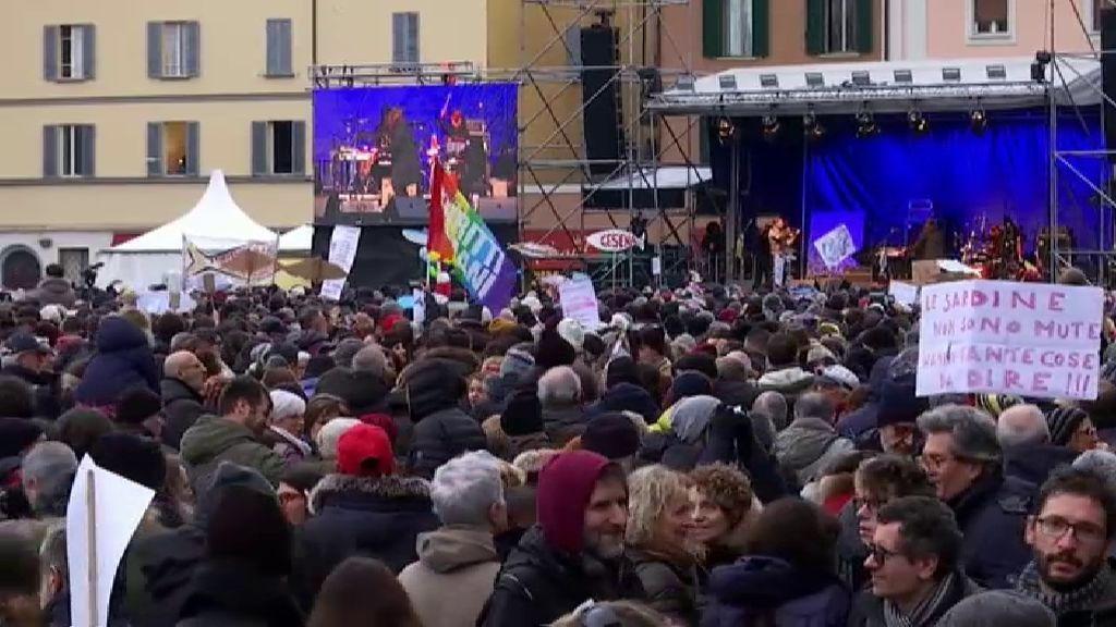 Miles de personas se manifiestan contra Matteo Salvini  en Bolonia