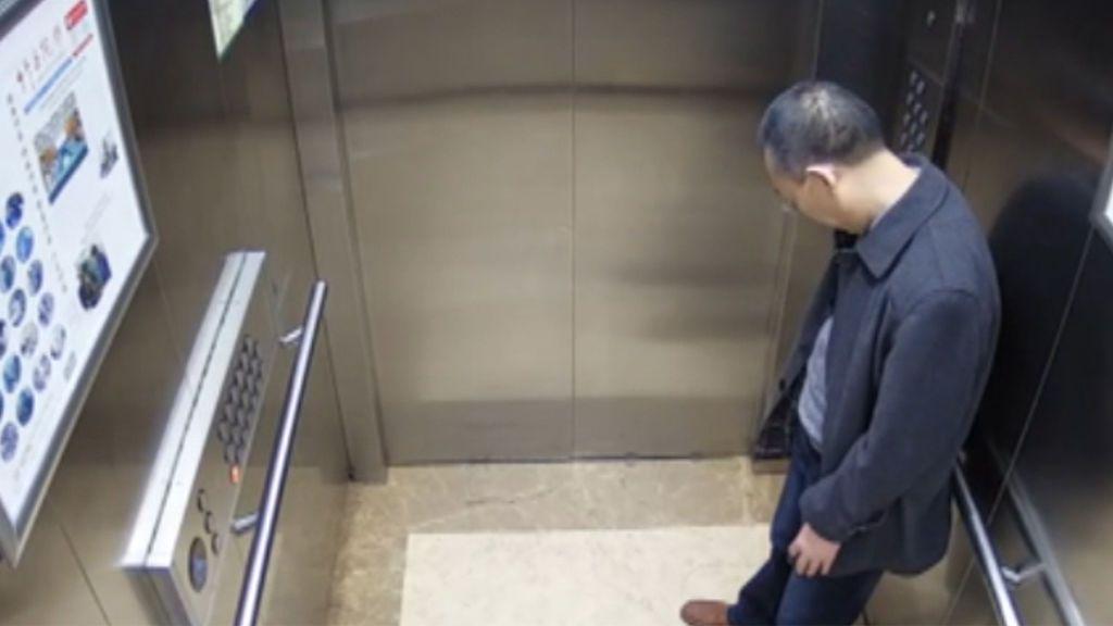 El médico chino que sufre agotamiento extremo tras dos semanas de trabajo sin descanso
