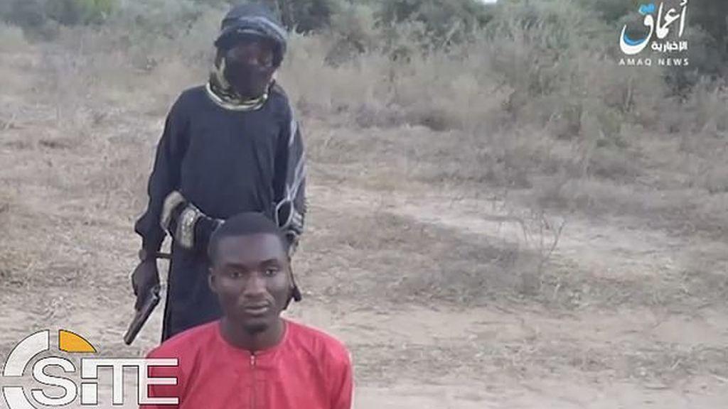 Otro brutal vídeo de ISIS: un niño de 8 años ejecuta a un prisionero nigeriano a sangre fría