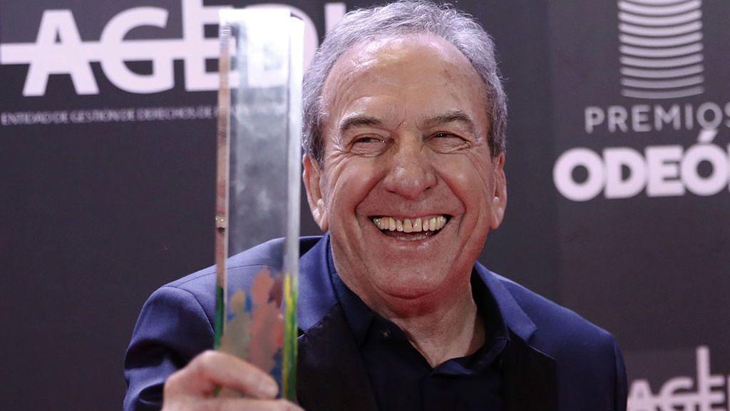 José Luis Perales, con su premio Odeón de honor.