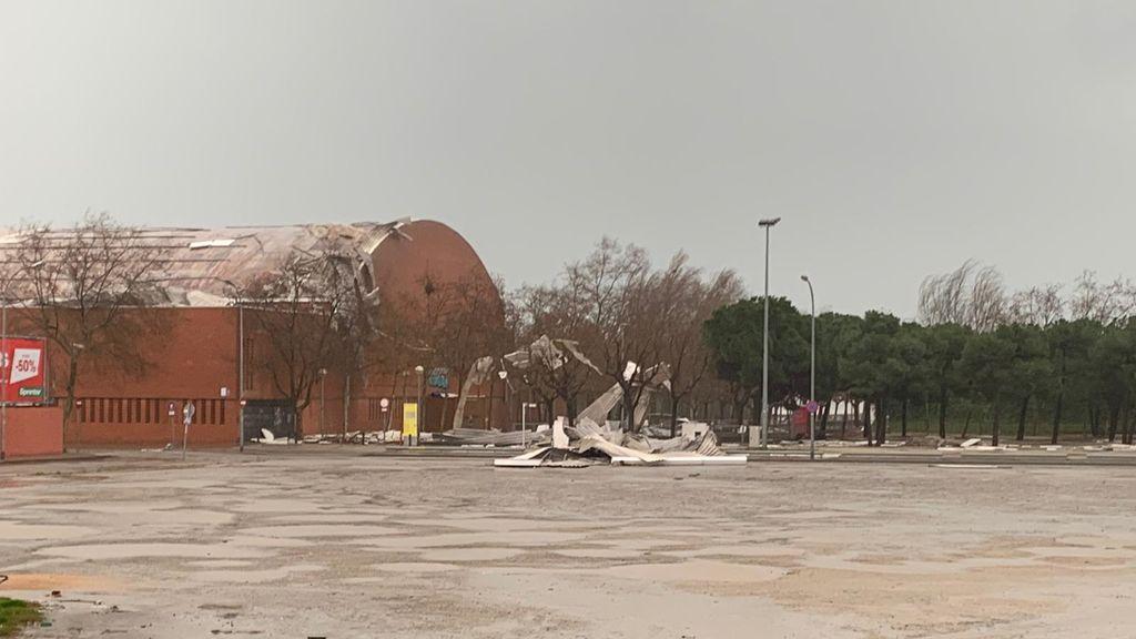 Se desprende el techo de un pabellón deportivo en Sant Adrià de Besos