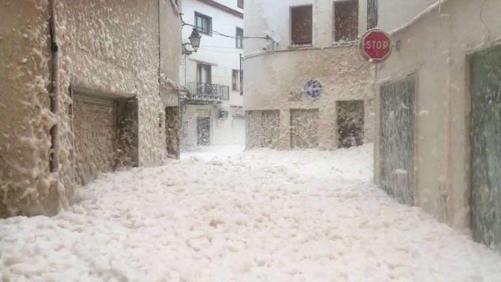El mar de espuma que se ha formado en Girona: el fenómeno que explica los efectos del temporal