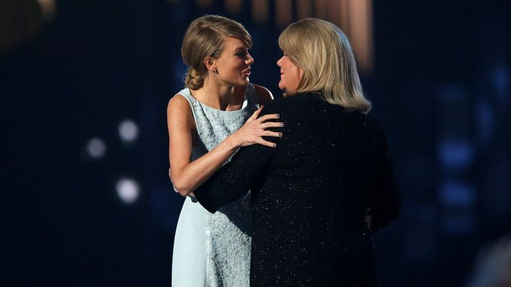 Taylor Swift revela que su madre padece un tumor cerebral: su gira de conciertos se acotará