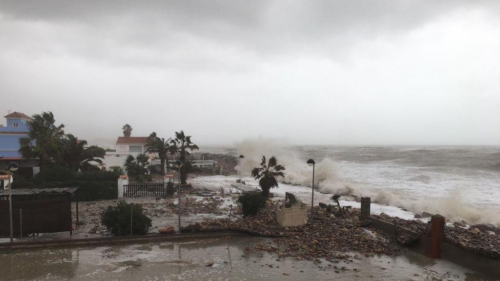 Las olas rompen contra las casas en Moncofar, Castellón