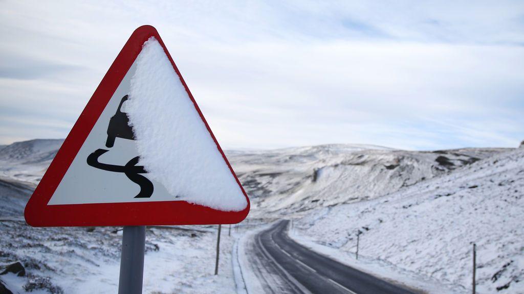 Mejor evitar coger el coche: más de cincuenta carreteras cortadas por el temporal