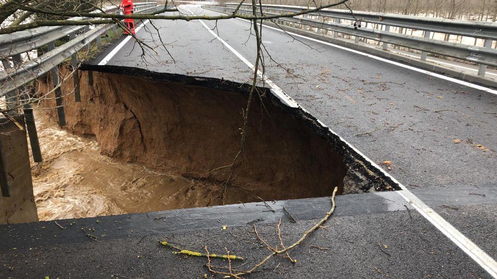 Daños en una carretera por el temporal Gloria