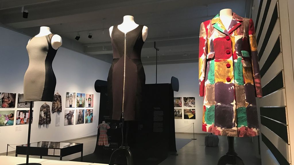 Ejemplos de ropa en la exposición 'Fast-Fashion'.