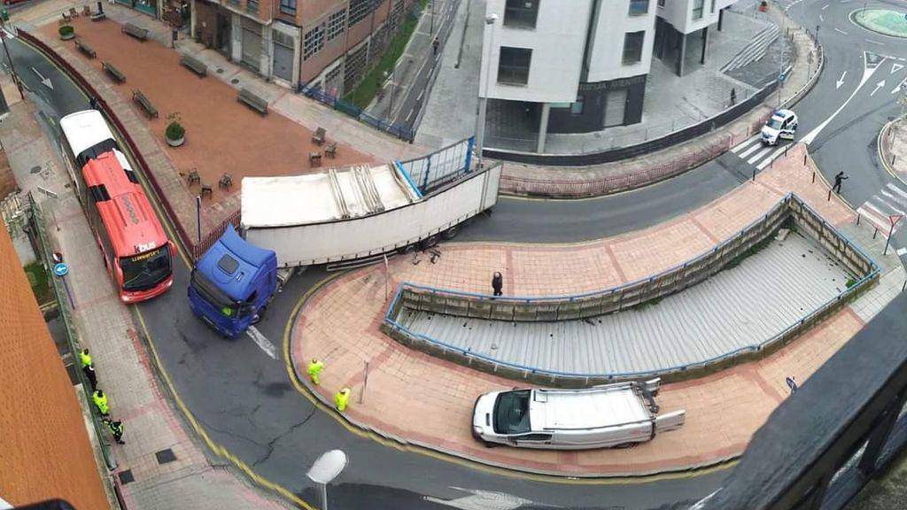 Un tráiler queda atascado en pleno casco urbano de Baracaldo al seguir las indicaciones del GPS