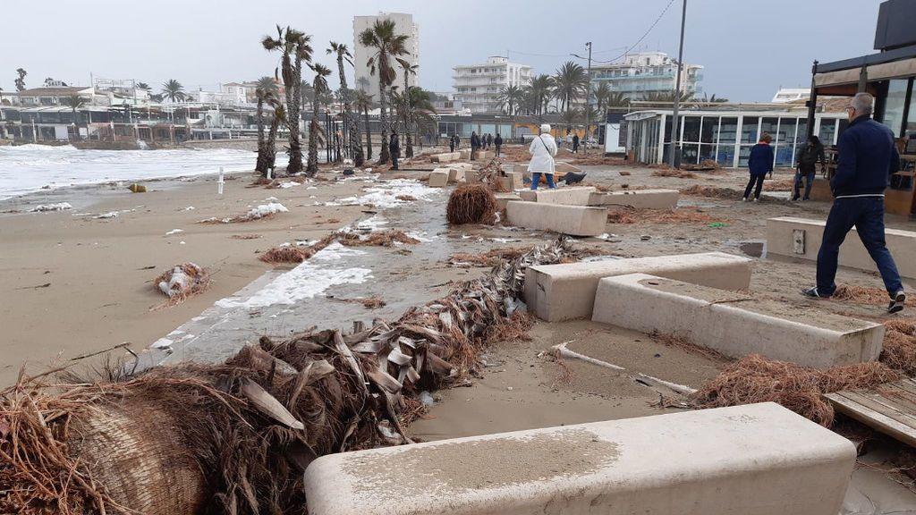 Bloques de hormigón arrastrados por el mar en Jávea
