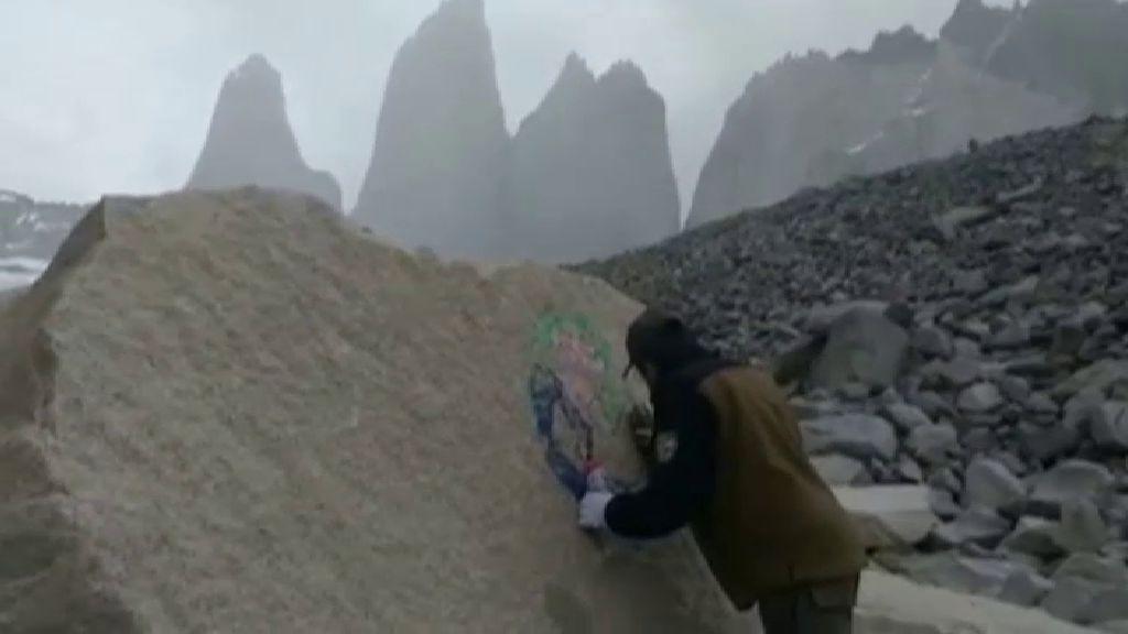 Detenida una turista italiana por hacer dibujos en las rocas de las Torres del Paine (Chile)