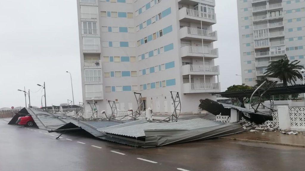 Una plancha metálica cae sobre coches aparcados en El Perellonet