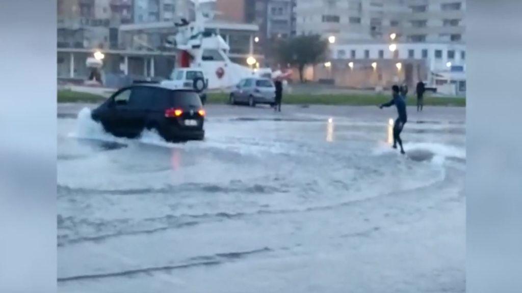 La cara amable de 'Gloria': un joven se divierte esquiando en las calles inundadas por el temporal