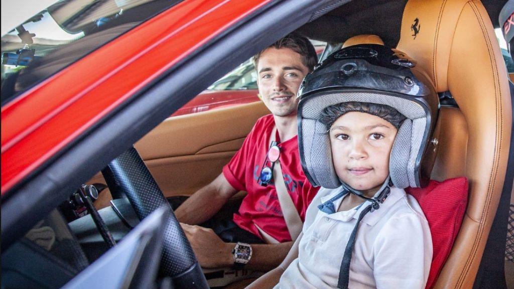 Un niño de seis años conduce un Ferrari 488 GTB de 700 caballos con Lecrerc de copiloto