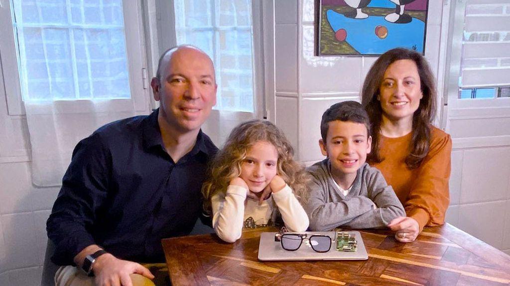 Una familia inventa unas gafas con memoria para combatir el alzhéimer