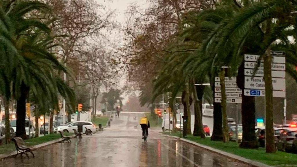 Rider de Glovo por las calles de Barcelona durante el temporal