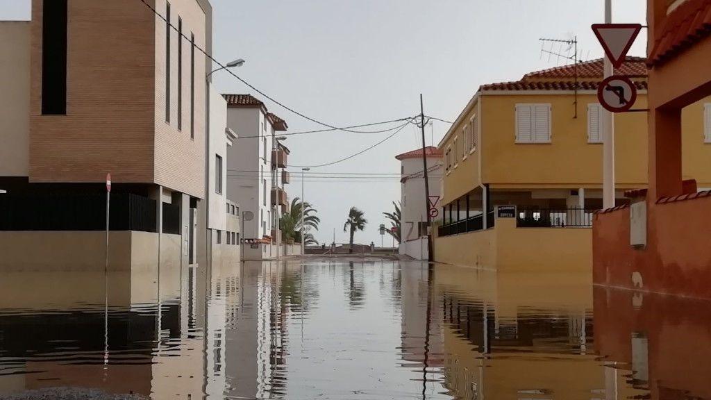 Calles en cuarta línea de playa aún inundadas en Moncofa