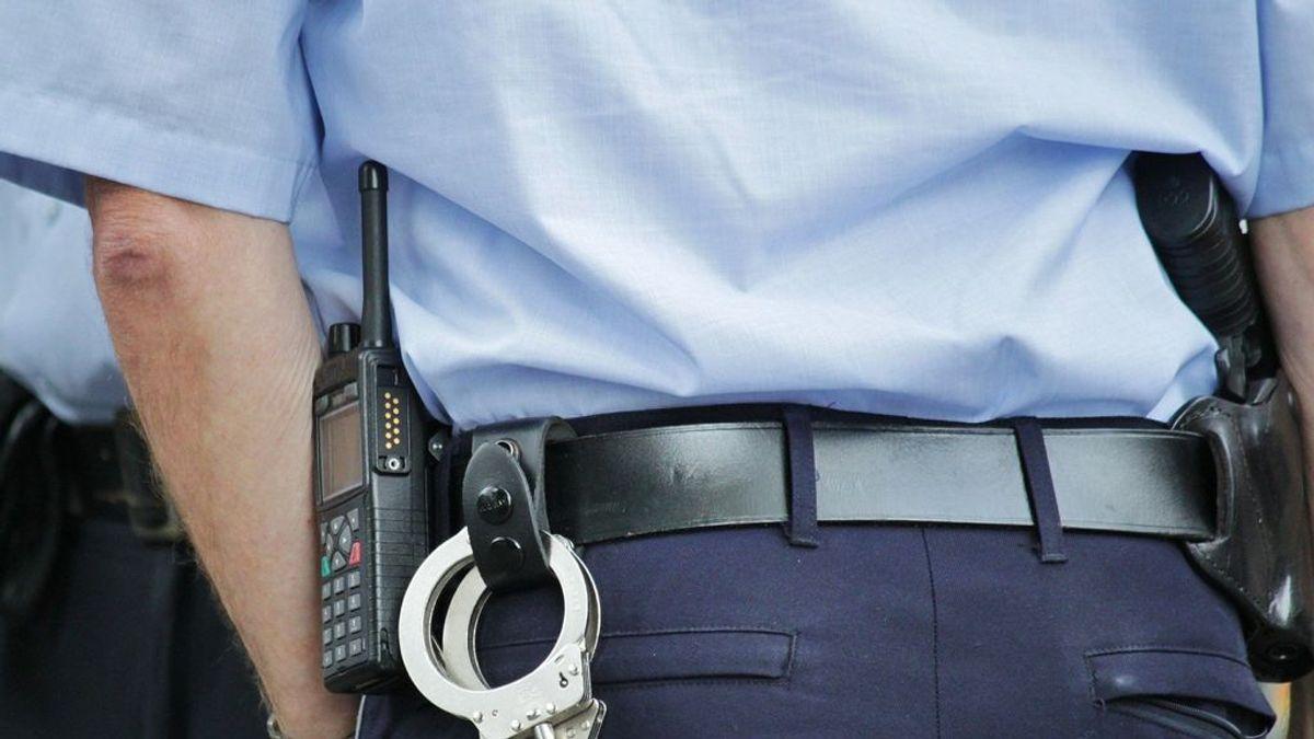 Publicita sus servicios de venta de drogas en su camiseta y la policía le detiene