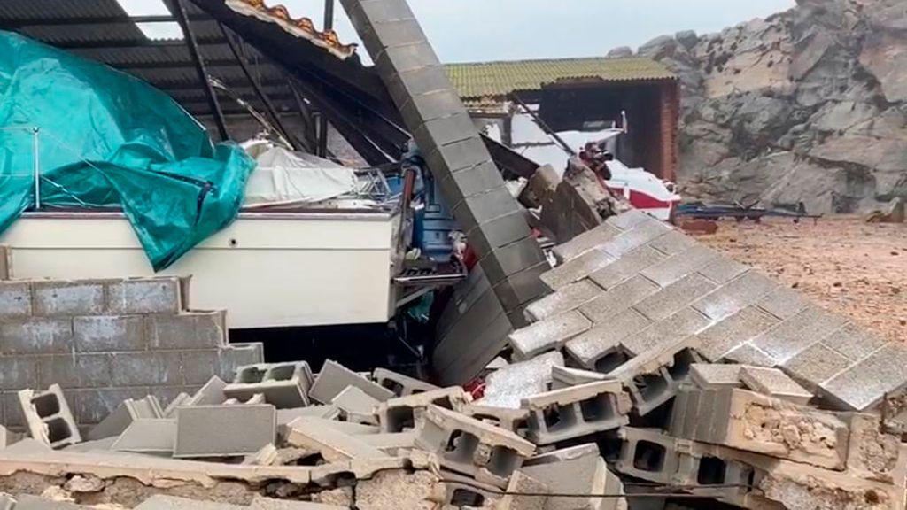 El oleaje derrumba tres naves del club náutico de Palamós