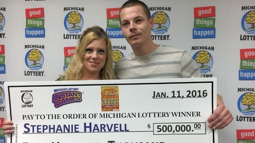 Gana medio millón en un 'rasca y gana' y se declara culpable de dos robos en Michigan