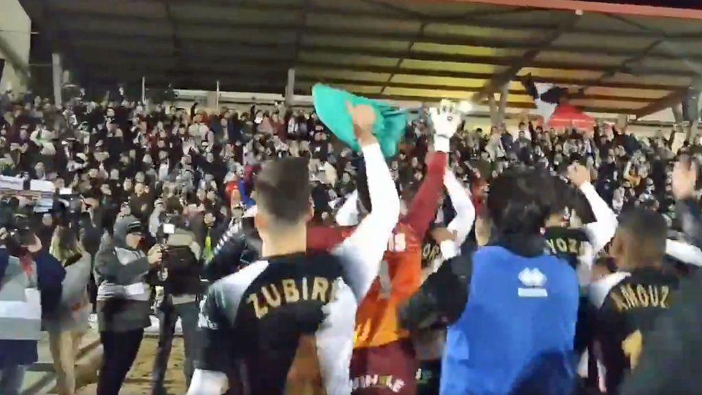 """La fiesta de los jugadores de Unionistas con la afición de Las Pistas tras caer ante el Real Madrid: """"Orgullos de nuestros jugadores"""""""