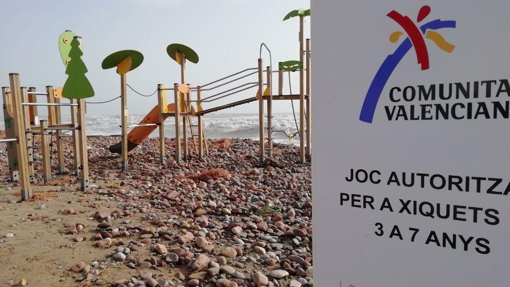 Un parque de la playa de Xilxes arrasado por las piedras