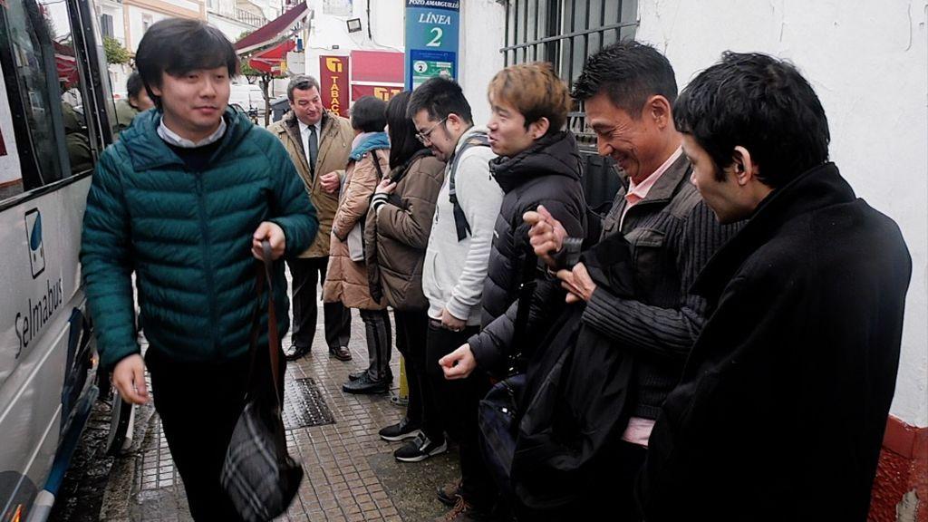 El grupo de venenciadores japoneses a su llegada a Sanlucar de Barrameda