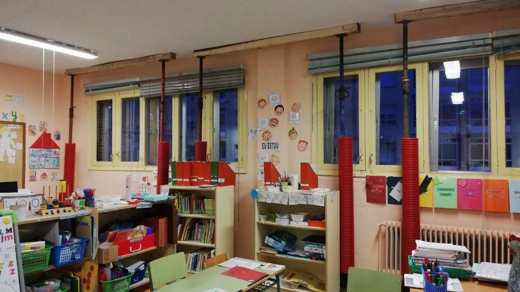 """Temor tras el apuntalamiento de un colegio en Sarria: """"Hay grietas de siete centímetros en las paredes"""""""