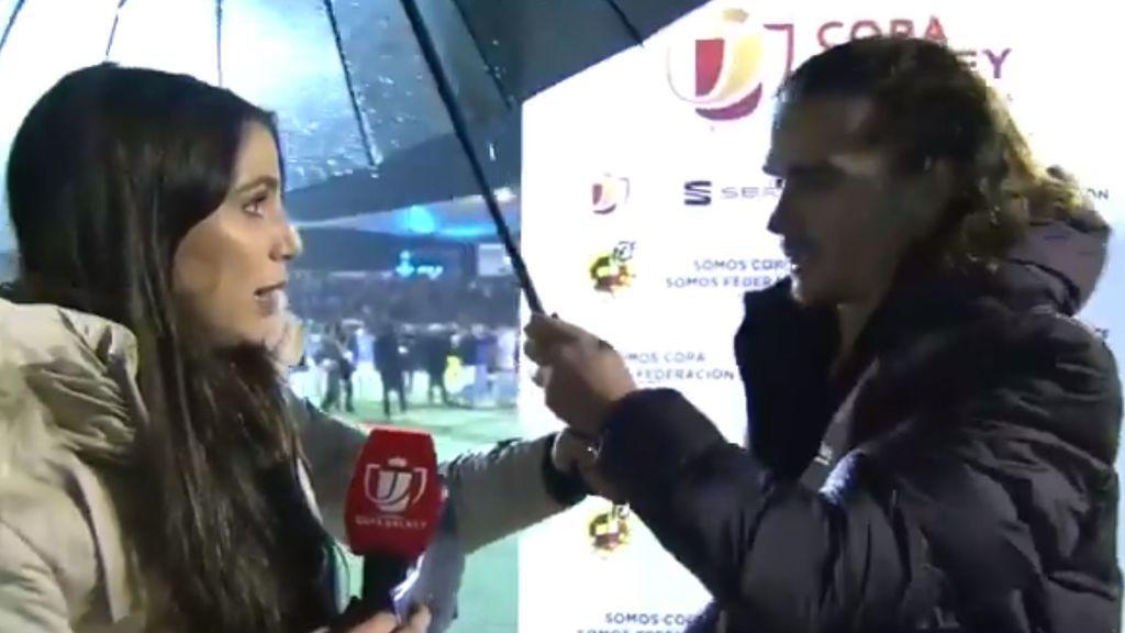 """El cortés gesto de Griezmann con la periodista que le entrevistaba y le cedió su paraguas bajo la lluvia: """"No, para ti"""""""