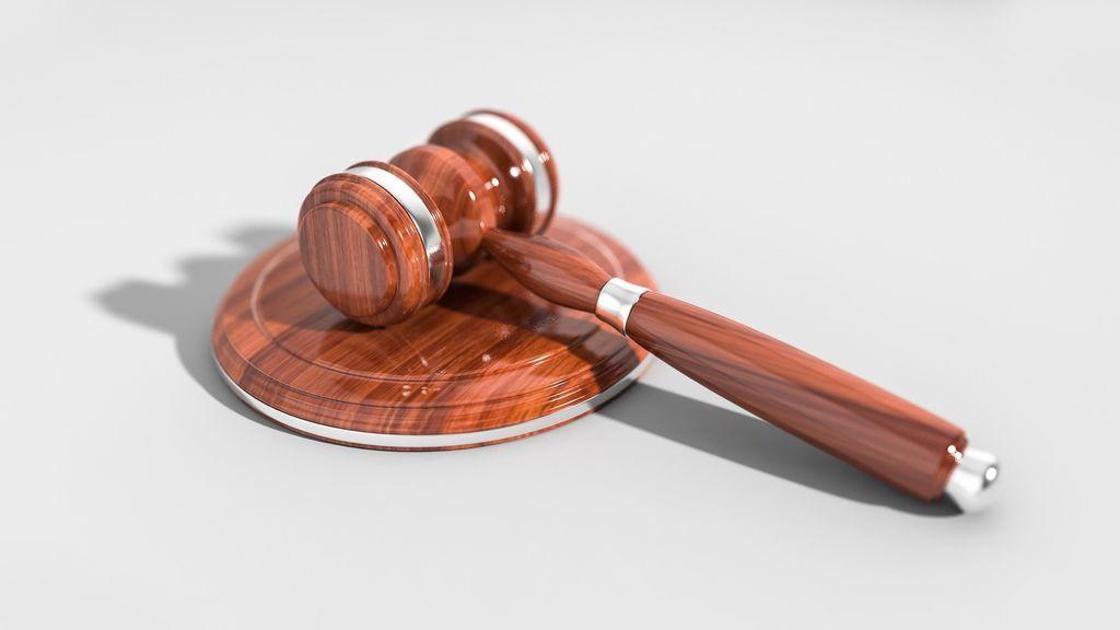 Absuelven a un acusado de agresión sexual al considerar que la víctima mintió sobre su vestimenta