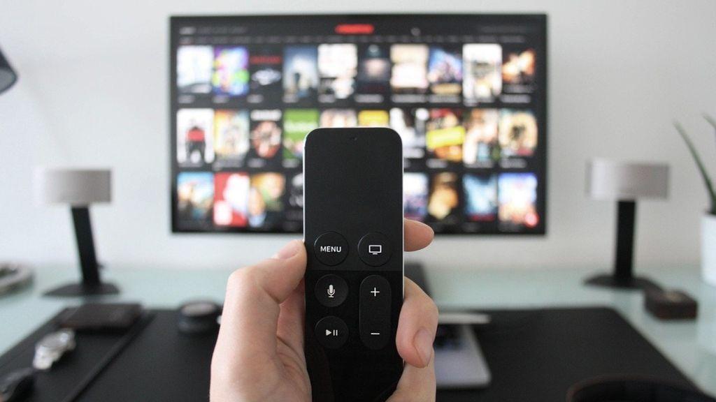 Ver media hora de una serie en la televisión contamina más que conducir 6 kilómetros según un estudio