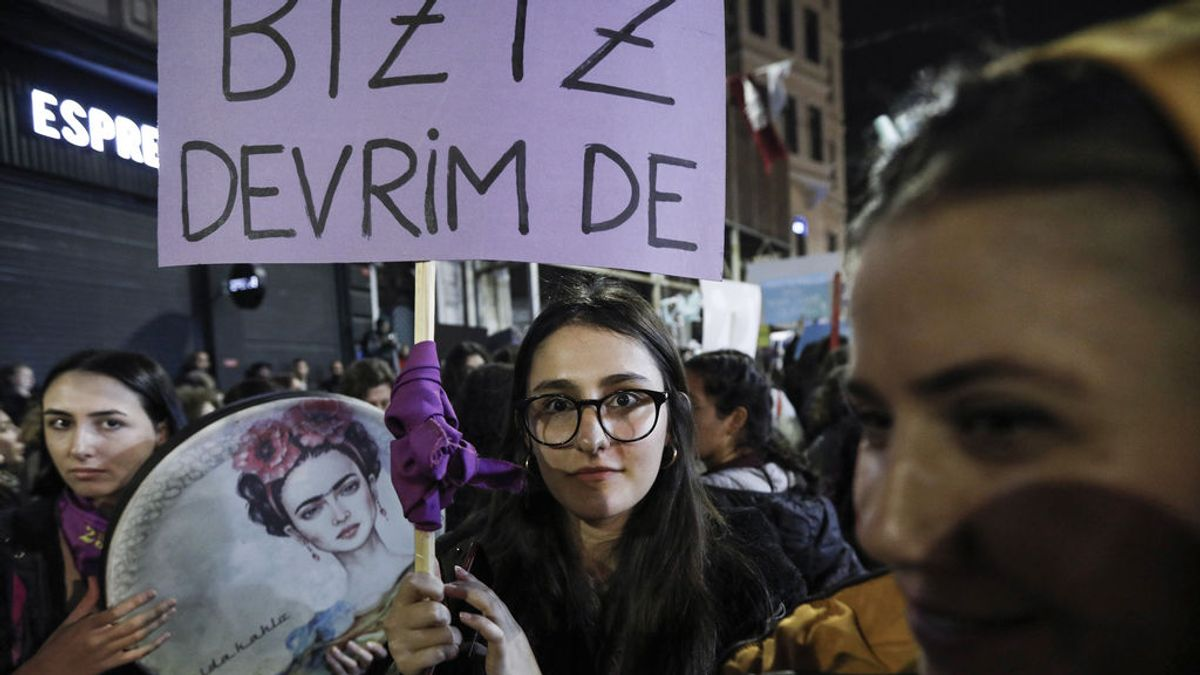 EuropaPress_2512883_25_November_2019_Turkey_Istanbul_A_woman_holds_a_placard_during_a_rally_marking_the_International_Day_for_the_Elimination_of_Violence_against_Women_Photo_Jason_Dean_ZUMA_Wire_dpa_ONLY_FOR_U